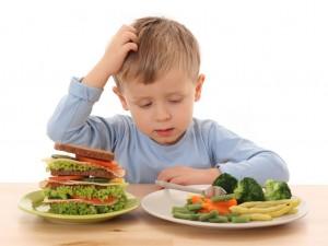 كيف تعودين طفلك على تناول الاكل الصحي