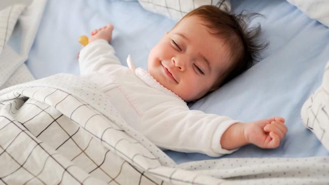 عدد ساعات نوم الطفل حسب عمره