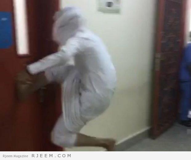 Photo of فيديو: احتمى بالغرفة فحاولوا كسر الباب.. تفاصيل الهجوم على طبيب بمركز صحي في بيشة