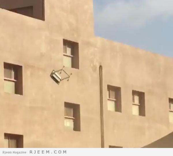 Photo of فيديو: رمي طاولات من أعلى إحدى المدارس بجازان.. والتعليم تحقق