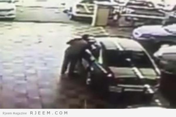 Photo of فيديو: لص يسرق سيارة من معرض بحيلة جديدة وسط دهشة العاملين