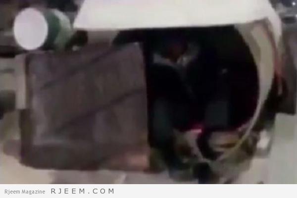 Photo of فيديو مؤلم لعامل ينام داخل عبّارة في البرد القارس لحراسة حفريات.. والعمل تتوصل له