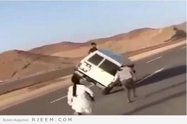 Photo of فيديو: مغامرون سعوديون يجازفون بأرواحهم بسيارة جيب على طريق سريع