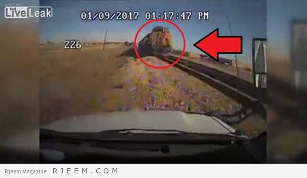 Photo of فيديو: كاميرا مراقبة ترصد لحظة اصطدام حافلة بقطار في أمريكا