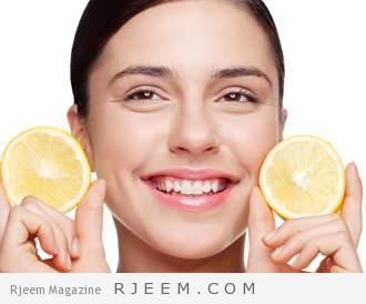 صورة لامراة ببشرة نظرة وتحمل الليمون