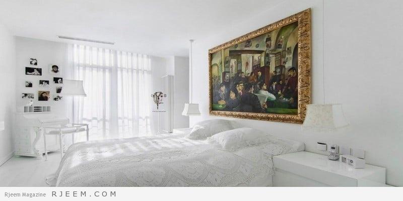 غرف نوم باللون الابيض بها ولوحة