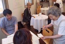 Photo of بالصور: مصابون بالخرف يتلقون طلبات الزبائن في مطعم ياباني