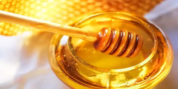 بالفيديو الطب الصيني يثبت فوائد وضع قطرات عسل على السرة قبل النوم ليلا