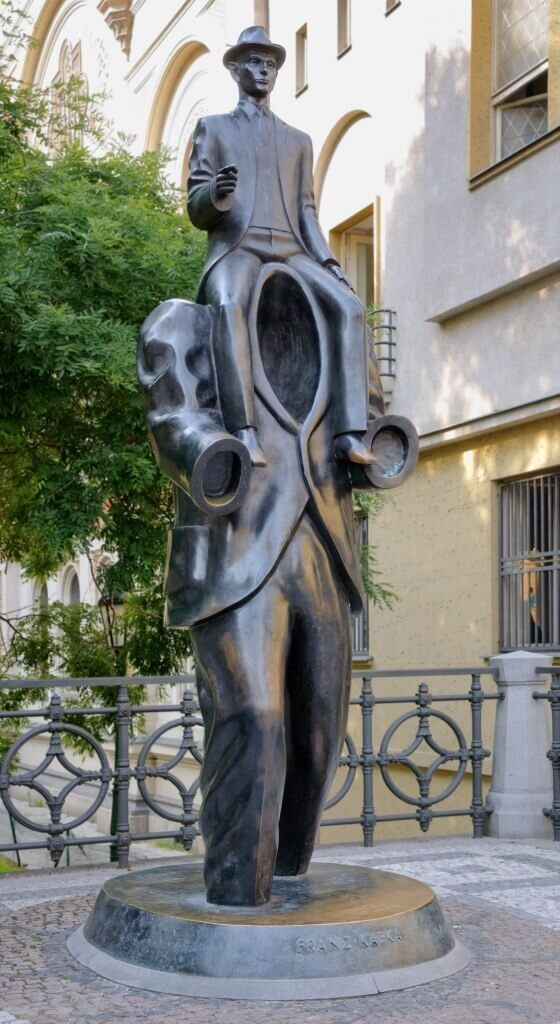 Statue de Kafka par Jaroslav Rona, Prague, Republique techeque