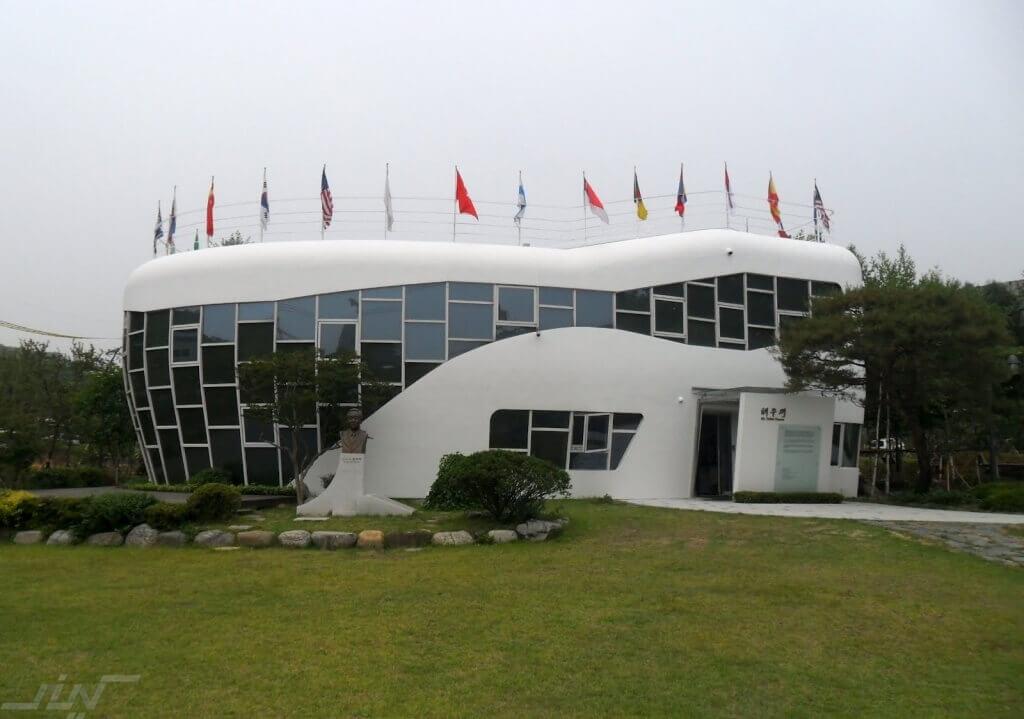 building-haewoojae-mr-toilet-house-suwon-south-korea