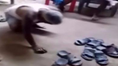 Photo of بالفيديو: دخل دون قرع الباب.. فعوقب بالضرب بالشباشب