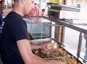 Photo of الأكل خارج البيت يتسبب في ارتفاع ضغط الدم