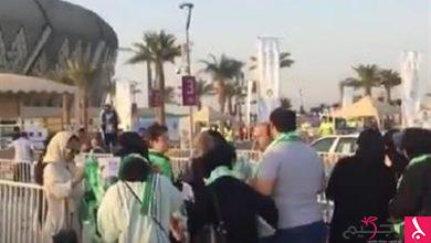 Photo of انظر.. العوائل أمام بوابات ملعب الجوهرة لحضور مباراة الأهلي والباطن