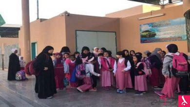 Photo of فتح تحقيق في وقوف طالبات خارج مبنى مدرسة بالهفوف