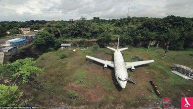 Photo of بالفيديو: طائرة غامضة تتحول إلى وجهة سياحية في إندونيسيا