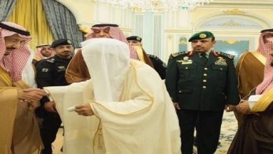 Photo of الملك يستقبل الأمراء والمفتي وجمعاً من المواطنين