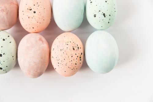 طريقة تلوين البيض شم النٍسيم بالمواد الطبيعية