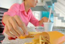 Photo of دراسة: البشر يتبلعون 100 قطعة بلاستيكية صغيرة مع كل وجبة