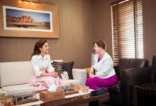 Photo of الملكة رانيا تلهمنا بأناقتها الوردية في شهر أبريل الربيعي المشرق