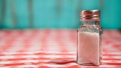 Photo of بهذه الطرق يخبرك جسمك أن الملح زائد في طعامك