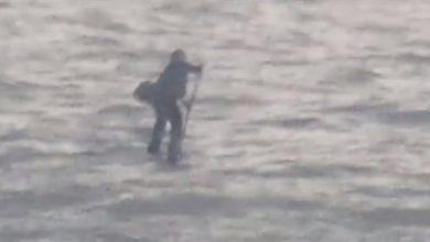 Photo of بالفيديو: يستخدم لوحاً خشبياً لعبور النهر لحضور مقابلة عمل