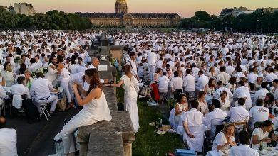 Photo of بالفيديو: الآلاف يرتدون ملابس بيضاء في حديقة باريس لتناول عشاء جماعي