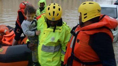Photo of السيول تصل للمنازل في بريدة وعنيزة وإنقاذ 47 شخصاً (صور)