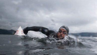 Photo of بالفيديو: يحقق رقماً قياسياً بالسباحة حول سواحل بريطانيا