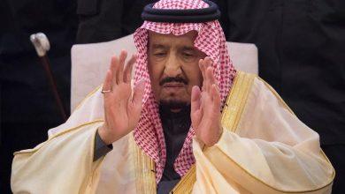 Photo of صور الملك سلمان يؤدي صلاة الميت على اخيه الامير طلال بن عبدالعزيز