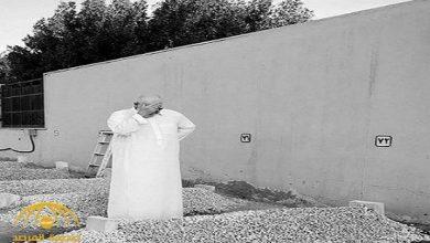 Photo of صور حزينة للامير خالد بن طلال يبكي جانب قبر والده الراحل