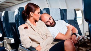 Photo of من يحق له استخدام مسندي الذراع الأوسطين في الطائرة؟