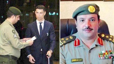 Photo of صورة موظف سعودي بالجوازات يوقف اللاعب رونالدو للتدقيق في هويته