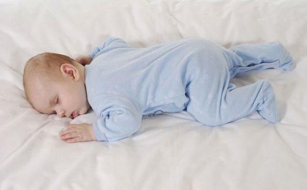 اضرار نوم الطفل على بطنه