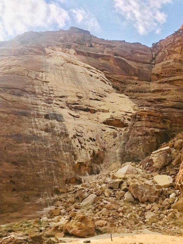 انهيار كتلة صخرية بالعلا نتيجة صاعقة رعدية