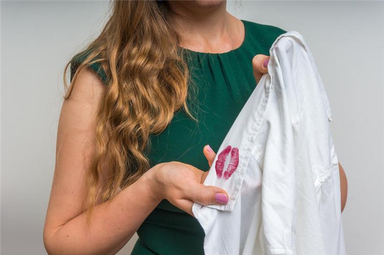 طريقة منزلية لإزالة المكياج عن الملابس بشكل سريع
