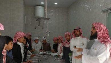 Photo of صور معلم يقدم حصة دراسية داخل مغسلة أموات في الطائف