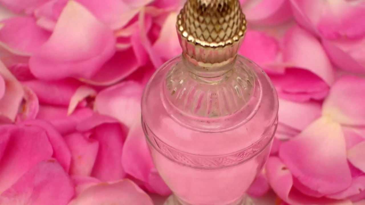 فوائد ماء الورد للوجه الدهني
