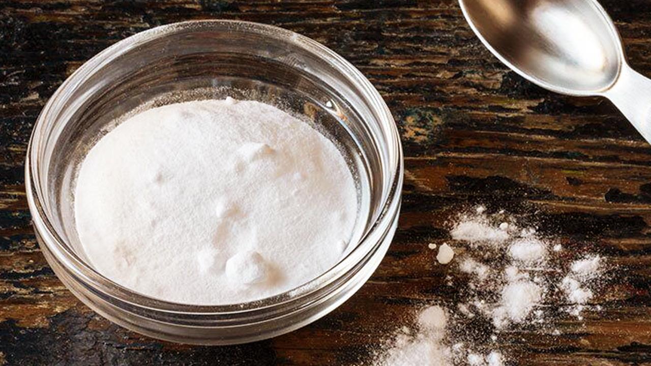 10 وصفات رائعة من صودا الخبز لعلاج القشرة