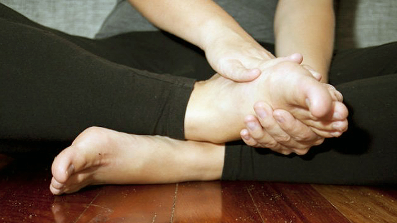 10 طرق فعالة لعلاج تنميل اليدين والقدمين