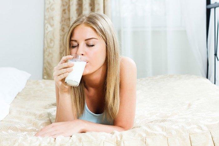 هل شرب الحليب قبل النوم يسمن الوجه