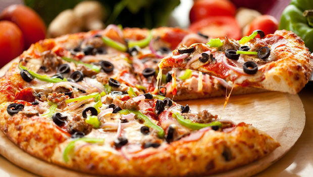 أسهل طريقة لعمل البيتزا علي طريقة أشهر المطاعم