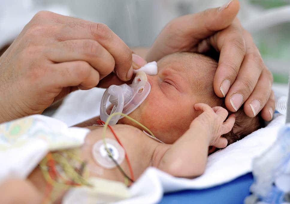 دخول الأطفال المحضن بعد الولادة المبكرة