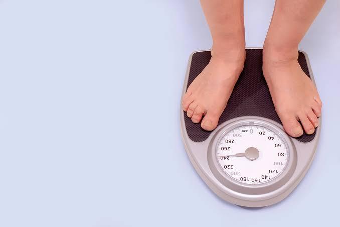 انقاص الوزن يعد أحد علاجات حل مشكلة ضعف الإنتصاب
