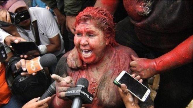 صور عقاب مهين لعمدة مدينة بوليفية