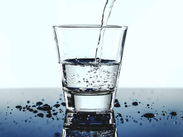 •يحتاج جسم الإنسان إلى حوالي أربعة ونص لتر من الماء بشكل يومي يحصل عليها من خلال تناوله للطعام والسوائل المختلفة